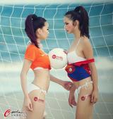 高清图:美女助威荷哥战 美胸顶足球沙滩秀性感