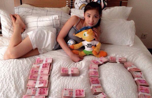 美女球迷用钱摆出1:0的造型