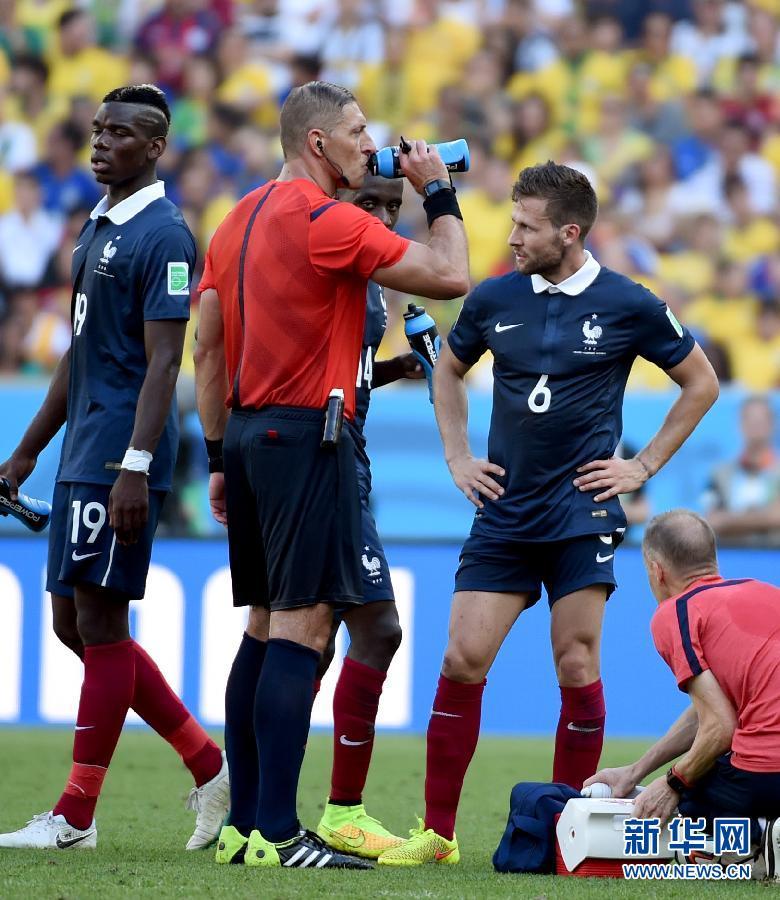 巴西世界杯日本裁判_世界杯·多棱镜:主裁判也渴了(图)-搜狐滚动