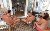 高清图:球迷家庭全裸看世界杯 同时挺德国法国