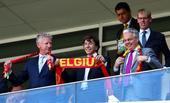 高清图:比利时首相现场观战 举标语围巾挺球队