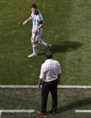 高清图:梅西与比利时主帅争吵 再度遇三人包夹