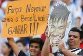 高清图:世界球迷为内马尔祈福 高举标语送祝福