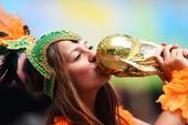高清图:荷兰美女亲吻大力神杯 与搞怪大叔合影