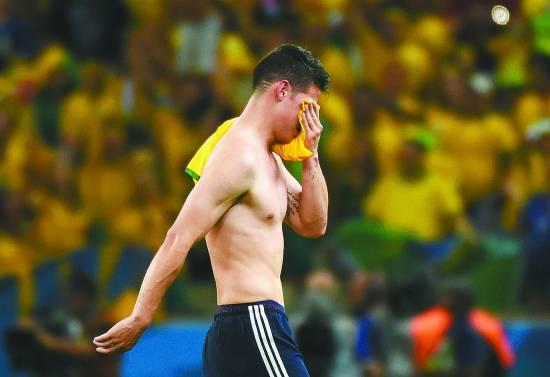 当地时间7月4日,哥伦比亚队球员罗德里格斯退场时掩面而泣。新华社记者 李尕摄