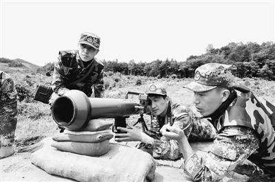 王长义(中)在组织特种射击训练。陈海波摄