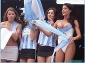 世界杯露点事件:女粉露豪乳 妙龄女郎全裸游行