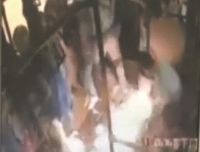 处视频_车内被引燃的一瞬间视频截图(红圈处为嫌犯)