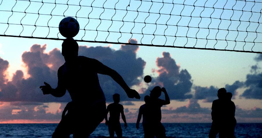 (世界杯)(14)世界杯促热巴西沙滩足排球(图)