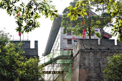 """近日,具有600多年历史的西安城墙南门瓮城城墙上修建电梯一事,引发民众质疑,担心""""混搭风""""将破坏文物的完整性及观赏性。"""