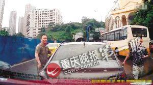 前车停下后,下来两个人径直向徐先生敲窗要钱