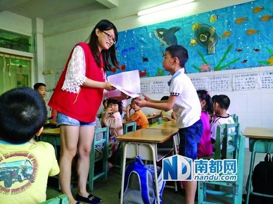 """幼儿园来了一群大学生老师,这让一直在""""妈妈""""型老师带领下的孩子们颇"""