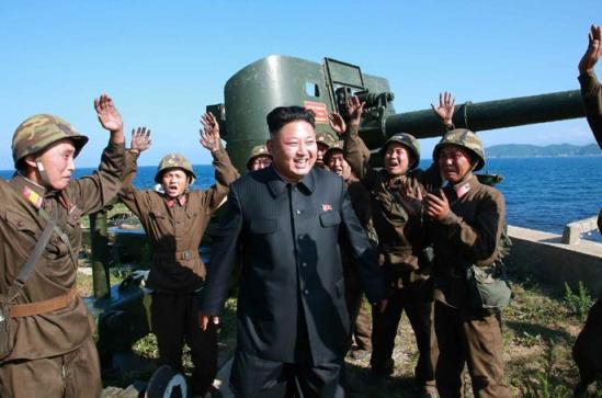 据朝中社7日报道,朝鲜最高领导人金正恩视察了驻守朝鲜东海岸前方哨所的熊岛防御队。