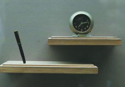 冯治安将军的钢笔和闹钟。本报记者 饶强摄