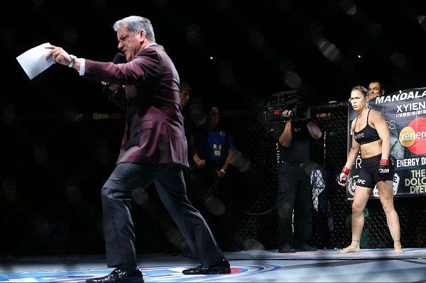 图文:UFC175期精彩 巴菲特激情介绍选手