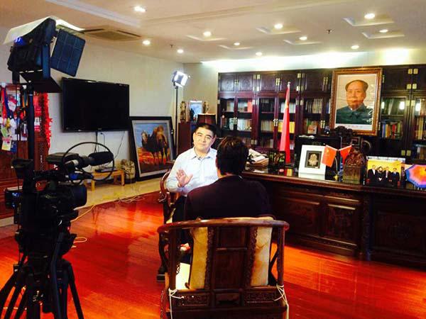 陈光标在办公室内接受荷兰国际新闻电视台驻北京记者的采访