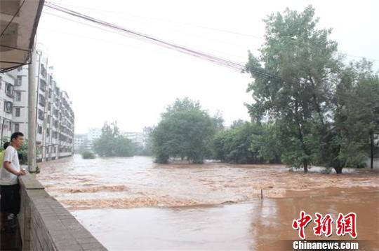 内江田家镇暴涨的洪水已经漫过街道 段春秀 摄