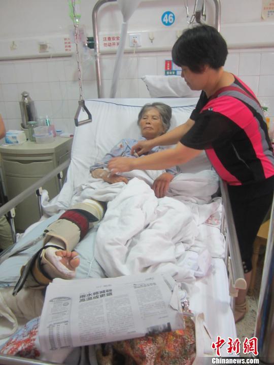 7月7日,小覃的母亲正在医院照顾被撞伤的老人。 林馨 摄