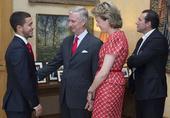 高清图:比利时队被皇室接见 阿扎尔给队友下跪