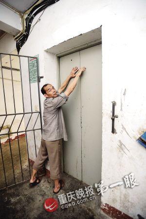 与卢玉林一起施救刘世华讲述事发时的经过:他当时正在专心地开电梯门,突然就听见哐当的一声,回过头来不知怎么的卢玉林就掉入了电梯井里。
