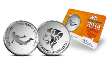 中新网7月8日电据外电报道,为了纪念荷兰队闯进了世界杯四强,荷兰皇家造币厂正在制造一款限量发行的范佩西世界杯纪念币,上边印有罗宾侠那个鱼跃冲顶的动作。