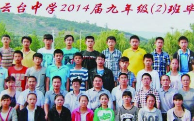 [提示]对比两张照片,从右边照片中找出和左边照片圈中相同人物,他就是被PS进照片的校长。(答案在本版找) 图片来自网络