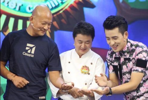 斌子(左一)录制东南卫视《好好学习吧》