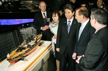 """日本首相安倍晋三访问澳大利亚,参观""""伊吹""""舰模型。"""