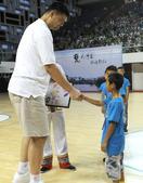 图文:姚明出席希望小学篮球季 与小球迷握手