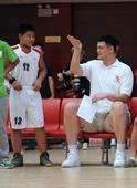 图文:姚明出席希望小学篮球季 与小球迷交谈