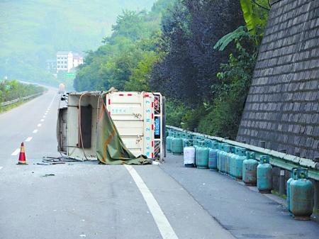 满载液化气罐的货车在高速路上侧翻 通讯员 袁胤博 记者 张路桥 摄