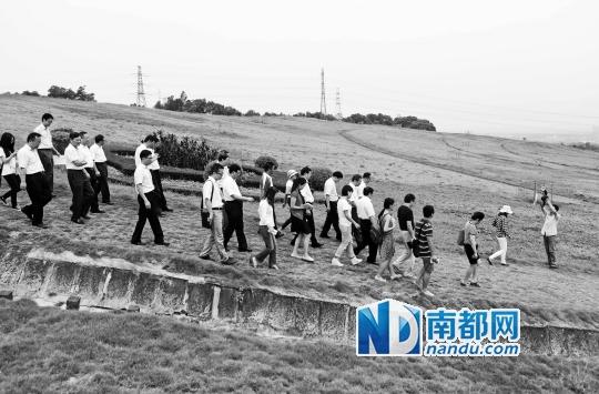 """昨日,垃圾分类""""万人行""""活动,广州市四套班子领导在封场复绿后的李坑生活垃圾填埋场。 南都记者 冯宙锋 摄"""
