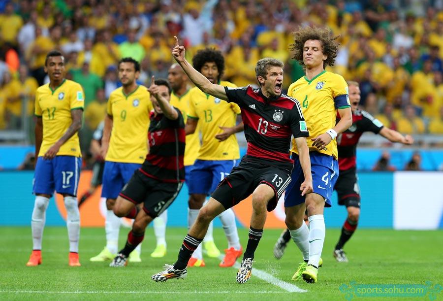 高清图:2014年世界杯半决赛巴西战德国 穆勒庆祝进球-克洛泽 全队非图片