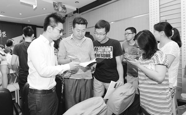 """在本报举行的""""学霸面对面""""活动上,辛佳兴(左一)面对面与家长进行交流。海力网摄影记者朴峰"""