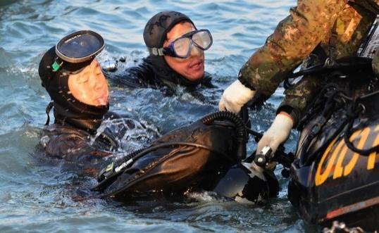 """韩国民间潜水员在""""世越号""""沉船事故海域进行打捞作业"""