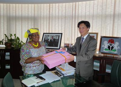 伊维拉欢迎顾大使来尼履新,高度评价两国经贸合作发展。她表示,尼中经贸合作是互利共赢的,符合两国人民共同利益。中国在尼企业为尼经济社会发展做出了积极贡献,欢迎更多中国企业来尼投资。