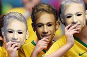 7月9日搞怪球迷:组团扮内马尔  盼十字架佑巴西