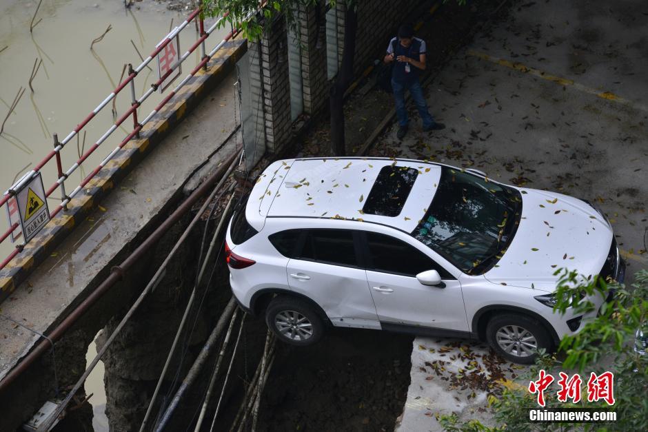 暴雨致成都一工地塌陷 数辆轿车坠入深坑(高清组图)
