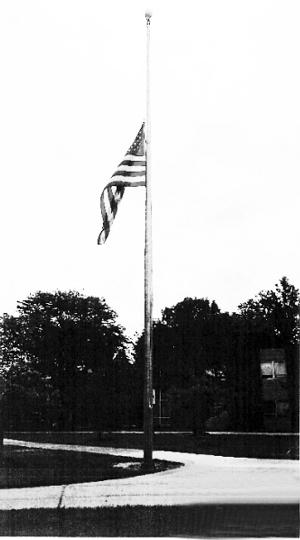密歇根大学迪尔伯恩分校降半旗