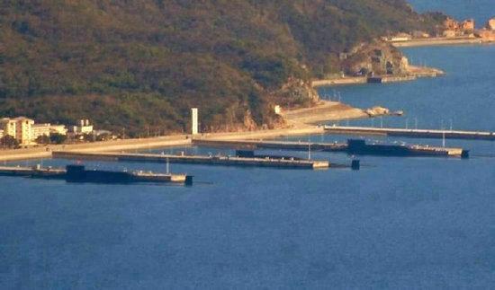 资料图:网友在南海舰队基地附近拍到的3艘094核潜艇同时停靠的景象。