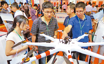 """""""尖兵之翼—第五届中国无人机大会暨展览会""""7月9日在北京举行,近60家无人机研制生产单位参加展览,展示各型无人机70架。"""