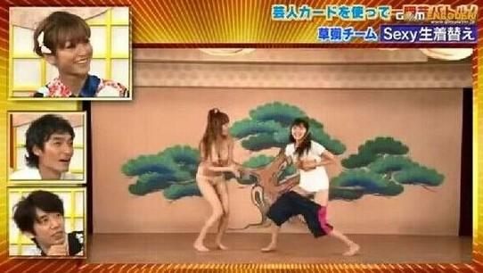 日本正妹双手捧乳 示范不用手怎样穿裤子 组图
