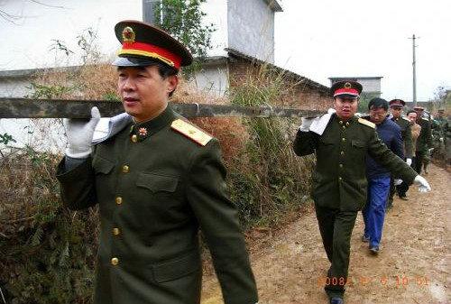 资料图:军长尤海涛少将带领直属队去帮助边远地区抢修电网。