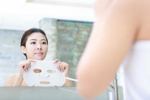 持妆绝技1:保湿面膜+清爽护肤品