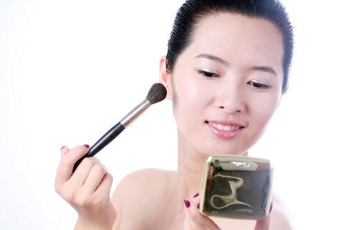 持妆绝技4:化妆不要慌 先去油后补妆