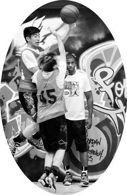 7月9日,美国NBA快船队球星克里斯·保罗在香港协青社赛马会大楼篮球场与香港青年球员进行互动,并亲身示范篮球球技。图为保罗(右)在观看香港青年球员的比赛。新华社记者 卢炳辉摄