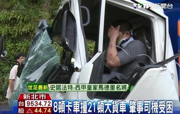 图为肇事司机被困车内。图/台湾TVBS