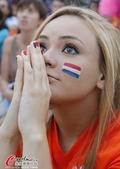 10日美女图:荷兰美女忙祈祷 阿根廷球迷笑开颜