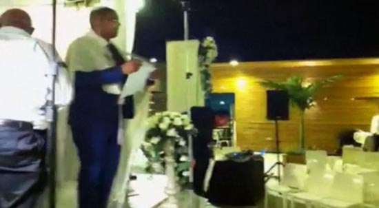 以色列一对新人在婚礼中不得不和客人逃命,因婚礼地点突然被哈马斯的火箭炮击中爆炸。