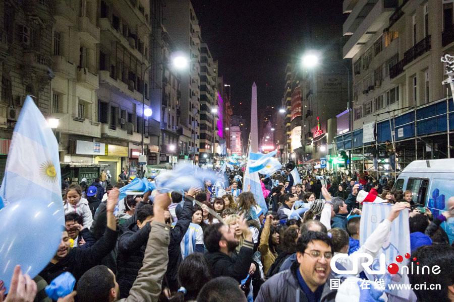 点球大战淘汰荷兰后,阿根廷首都民众涌上街头狂欢